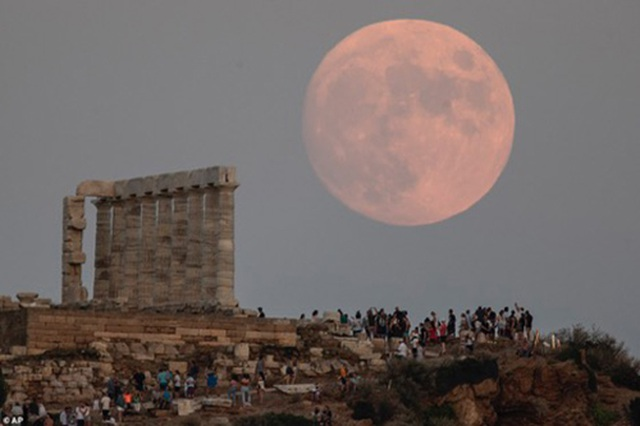 """The strangely beautiful photos of the """"sturgeon"""" moon on the occasion of the lunar calendar June"""