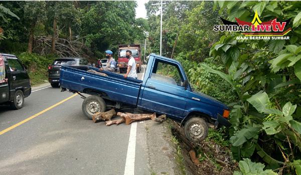 Diduga Karena Kaget Mobil Pick Up Nyaris Masuk Jurang