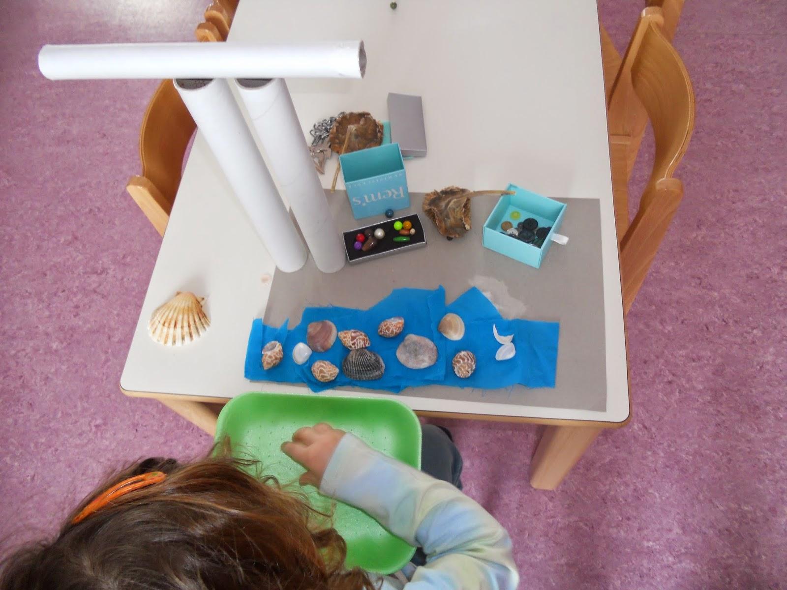 Bimba che gioca con materiali di recupero - Foto 3
