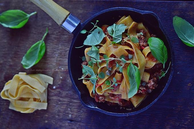Pappardelle z mieloną wieprzowiną i warzywami w sosie pomidorowym