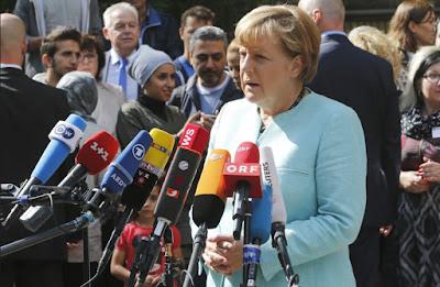 Kanclerz Angela Merkel na zaimprowizowanej konferencji prasowej