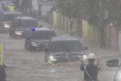 Mobil RI 1 yang Ditumpangi Jokowi Menerjang Banjir di Kalsel