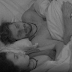 Debaixo do edredom, Emily faz um pedido ousado, que leva Marcos a loucura