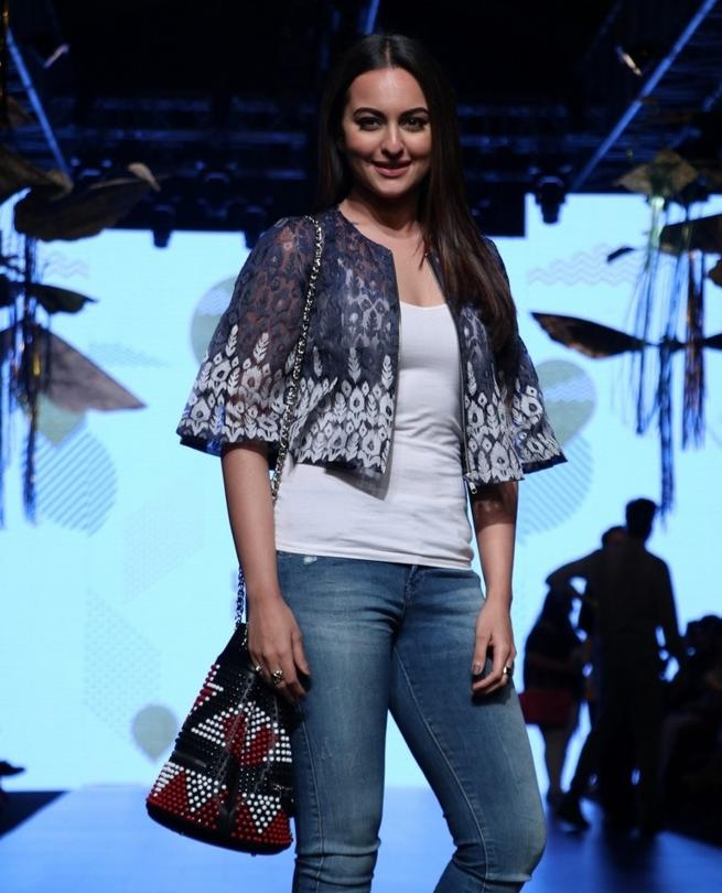 Sonakshi Sinha Walks The Ramp At Lakme Fashion 2017