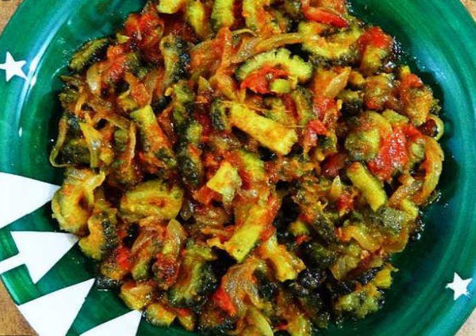 Bitter gourd pickle recipe: कड़वापन हटाकर ऐसे बनाएं चटपटे करेले का अचार, जानें करेले का अचार बनाने की रेसिपी