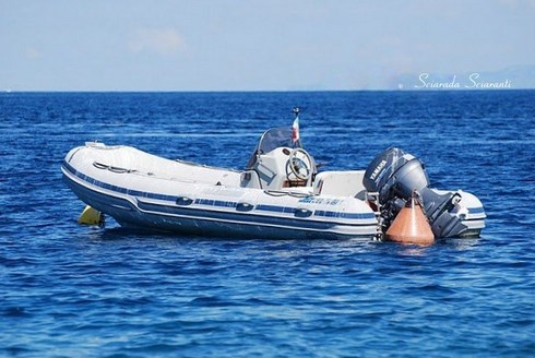 Gommone nel Mediterraneo