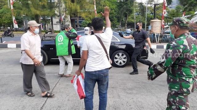 Aksi Jokowi Bagikan Bansos di Grogol, Sosiolog: Ini Cukup Memalukan