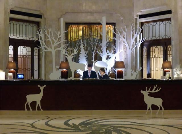 Recepción del hotel durante la noche 24 horas del día
