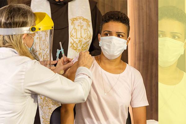 A técnica de enfermagem Ana Paula de Oliveira Machado ao ser vacinada