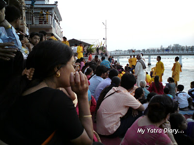 Devotees waiting for the evening aarti to begin at the Parmarth Niketan Ashram In Rishikesh