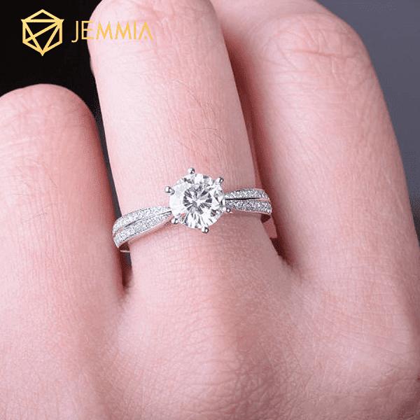 Kim cương phân thành kim cương có màu và không màu