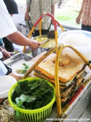 Artikel Kuliner Nusantara tentang sejarah, resep, cara membuat menu laksa bogor sebagai makanan tradisional khas bogor.