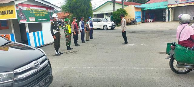 Dijalan Lintas Simpang Dua, Personel Jajaran Kodim 0207/Simalungun Laksanakan Ops PPKM Level lV