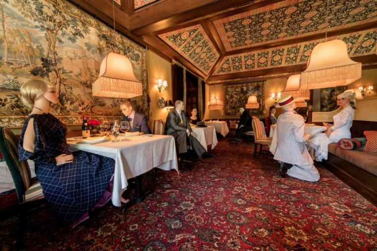 Restaurante de EEUU pone maniquíes en mesas para permitir el distanciamiento social