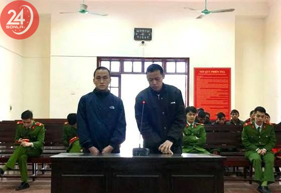 Lâu (bên phải) và Của đã lĩnh án 37 năm tù về hành động xách thuê ma túy.