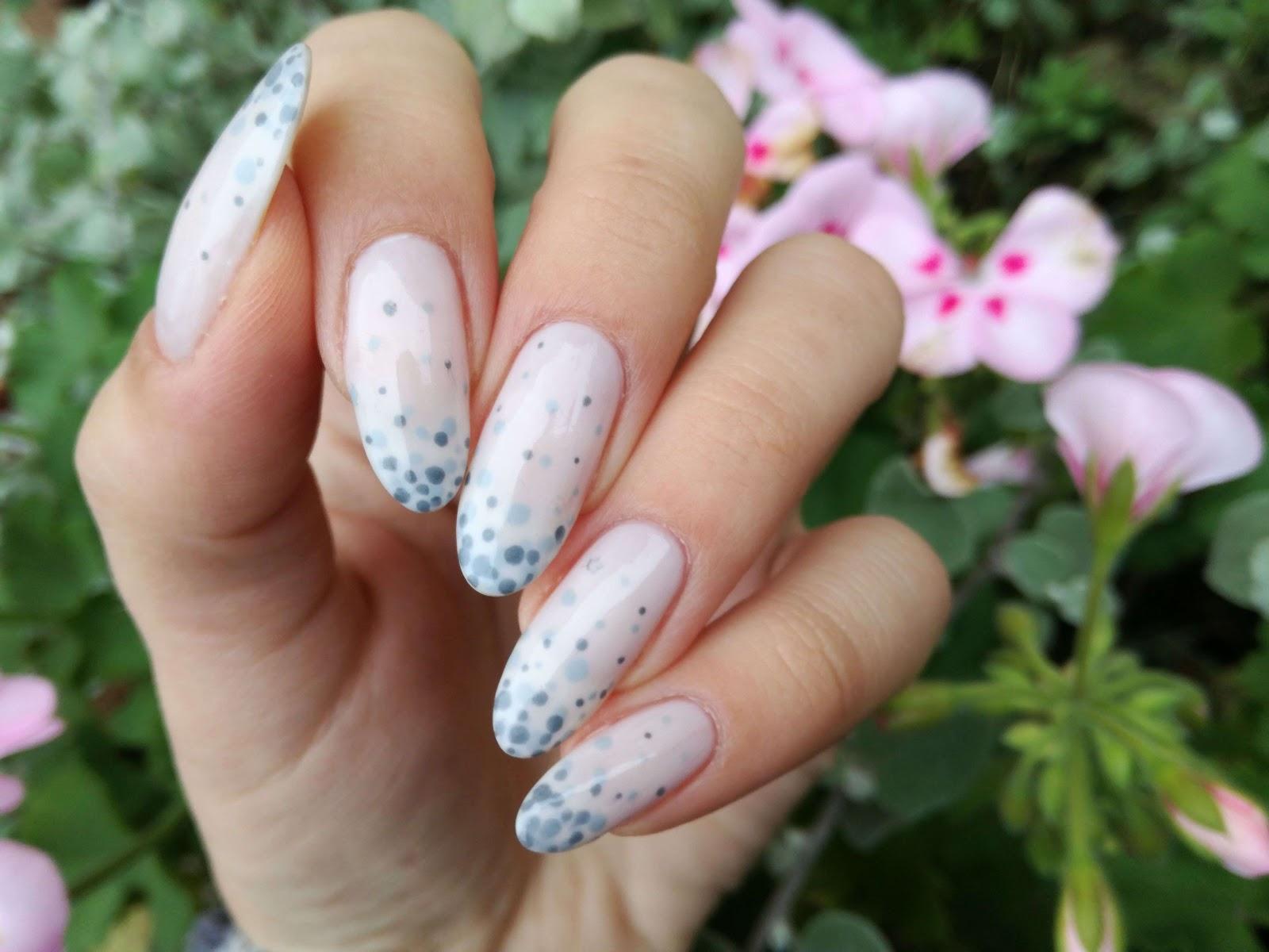 subtelne paznokcie w groszki
