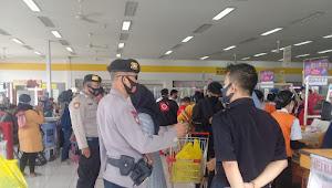 Sabhara Polsek Katapang Polresta Bandung Imbauan Protokol Kesehatan di Minimarket