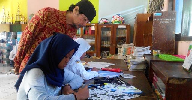 Guru Seni Rupa SMP Negeri Semarang Suratno mendapingi siswanya dalam kegiatan ekstrakurikuler kartun.