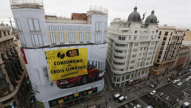 Greenpeace protesta contra el 'Black Friday' con una pancarta en el centro de Madrid