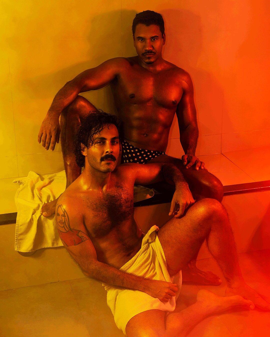 machos en el sauna caliente