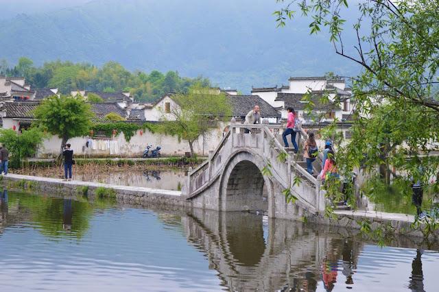 Từ thời nhà Tần, Hoàng Sơn đã được biết đến với tên gọi Y Sơn (黟山), khu vực này có tên gọi ngày nay bắt đầu từ năm 747, khi nhà thơ Lý Bạch nhắc đến trong các bài thơ của ông. Cho đến nay, Hoàng Sơn luôn là chủ đề cho tranh thủy mặc và văn học Trung Quốc. Hoàng Sơn là di sản thế giới được UNESCO công nhận và là một trong những tuyến điểm du lịch hấp dẫn nhất Trung Quốc.