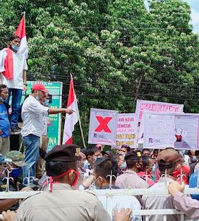 Massa APMPD Samosir unjuk rasa di kantor KPU
