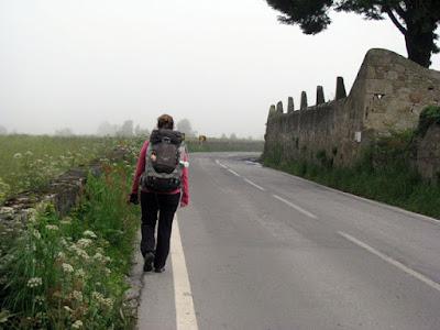 peregrina de Santiago de Compostela na Beira da estrada