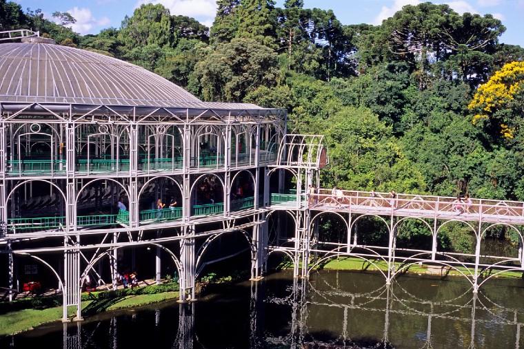 Curitiba e cidades sem praia dominam lista de destinos mais buscados, aponta estudo