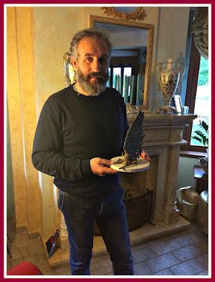 Il Premio SAN MICHELE ARCANGELO nelle mani del Sostituto Commissario della P.di S. Patrizio Cardelli