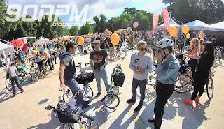 Cyclopride Day: centinaia di ciclisti con biciclette di ogni genere si radunano per la partenza della pedalata