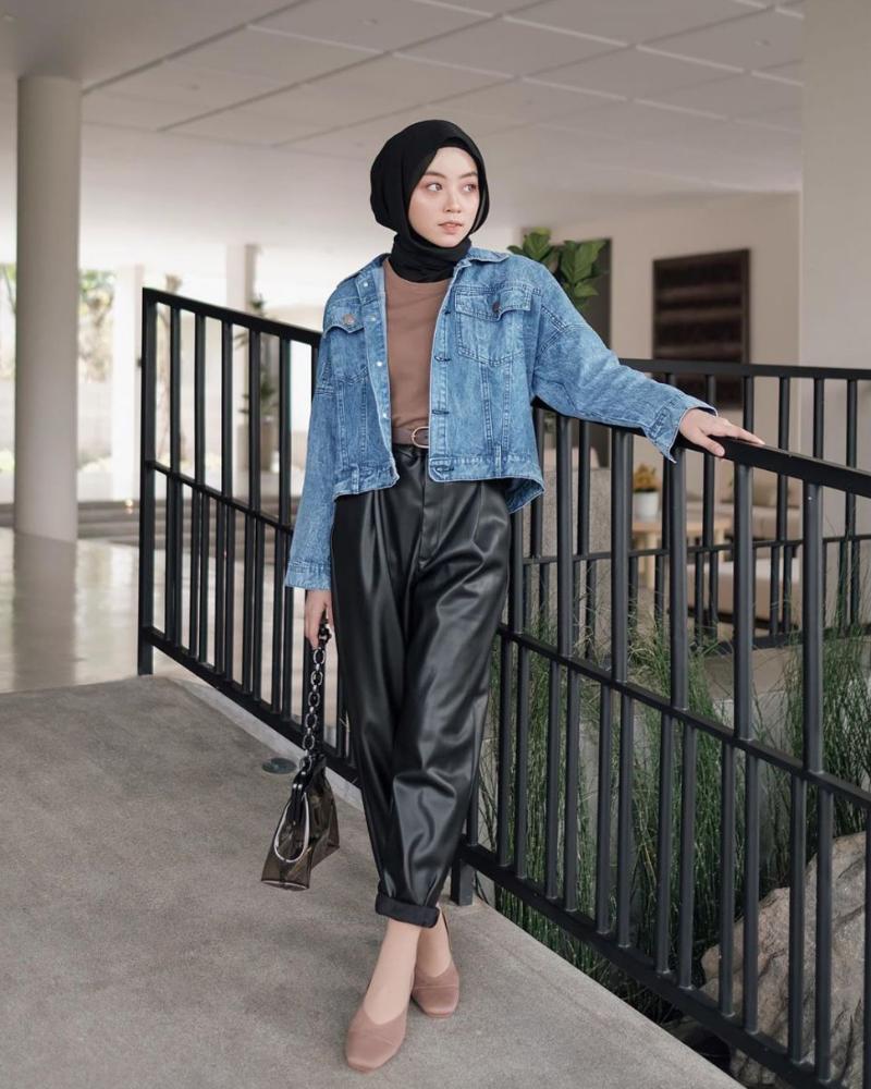 Denim cantik untuk hijab hitam manis dan seksi