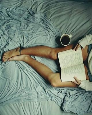 foto tumblr acostada en la cama con libro