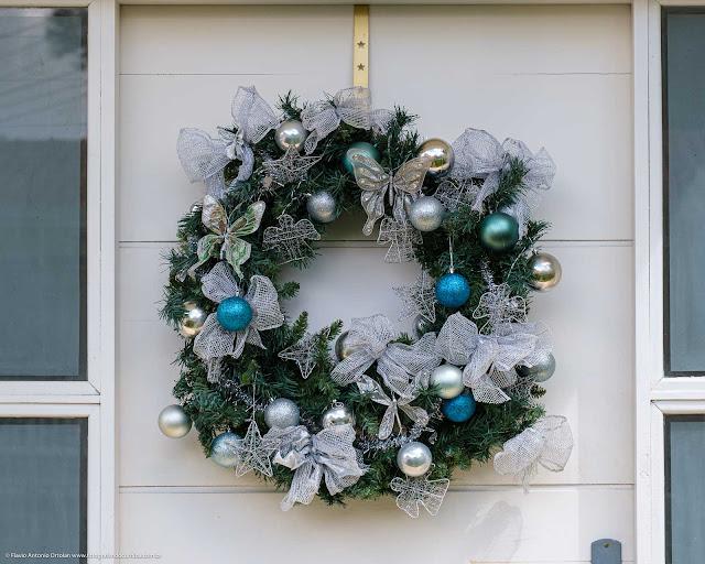 Enfeite de Natal na porta de uma casa