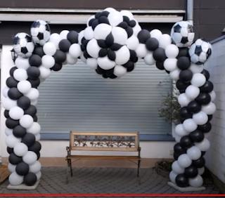 Partydekoration mit Fußballtor aus Luftballons.