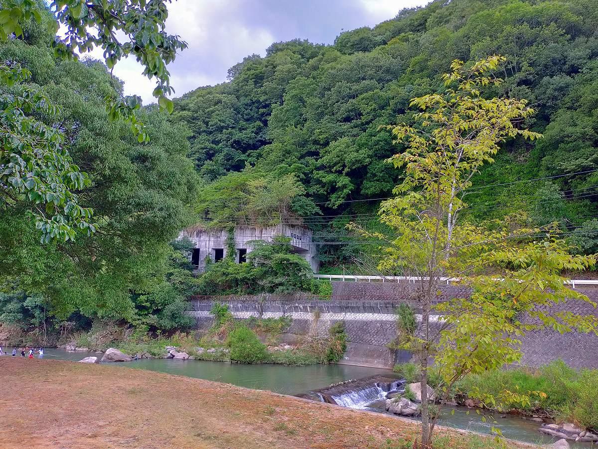 君田こども遊園地駐車場から川を望む。