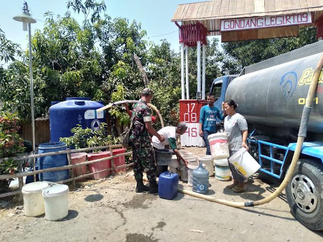 Babinsa Gilirejo Dampingi Dropping Air Bersih 24.000 Liter
