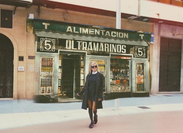 Alejandra Colomera vestida con pichi de cuadros en tonos verde y gris, con camisa inferior blanca y calcetas grises