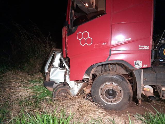 Menino de 14 anos pega carro escondido dos pais e morre ao bater de frente em caminhão no MT