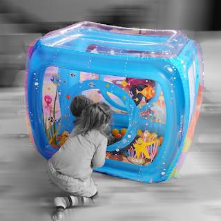 Aire de jeu gonflable avec deux enfants qui jouent.