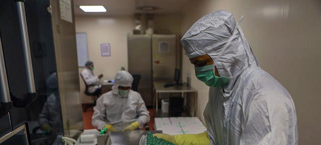 La vacuna COVID-19 de AstraZeneca/Oxford para el mecanismo COVAX se fabrica bajo licencia en la India.UNICEF/Dhiraj Singh