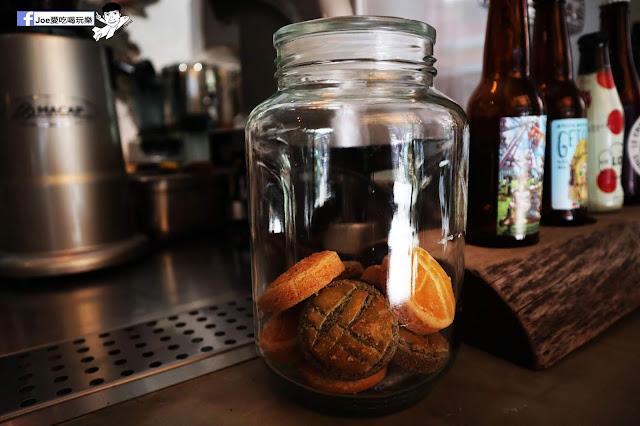 IMG 4793 - 【新竹美食】弄點咖啡COFFEE BAR -位於大遠百巷弄間的老屋咖啡廳,來這裡可以享受都市間的寧靜,甜點、飲品擺盤做工都非常的講究,價格也相當親民!