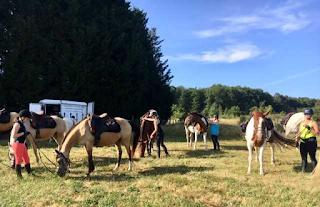 Ratsastajat valmistautuvat vaellukseen Loiren laaksossa