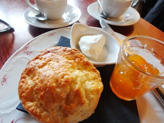 Café Lomi scones