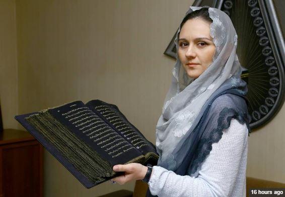Unik, Selama 3 Tahun, Wanita Ini Tulis Ulang Al Quran dengan Tinta Emas