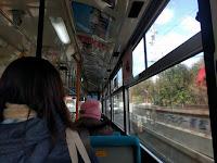 バスの中で揺られる乗客