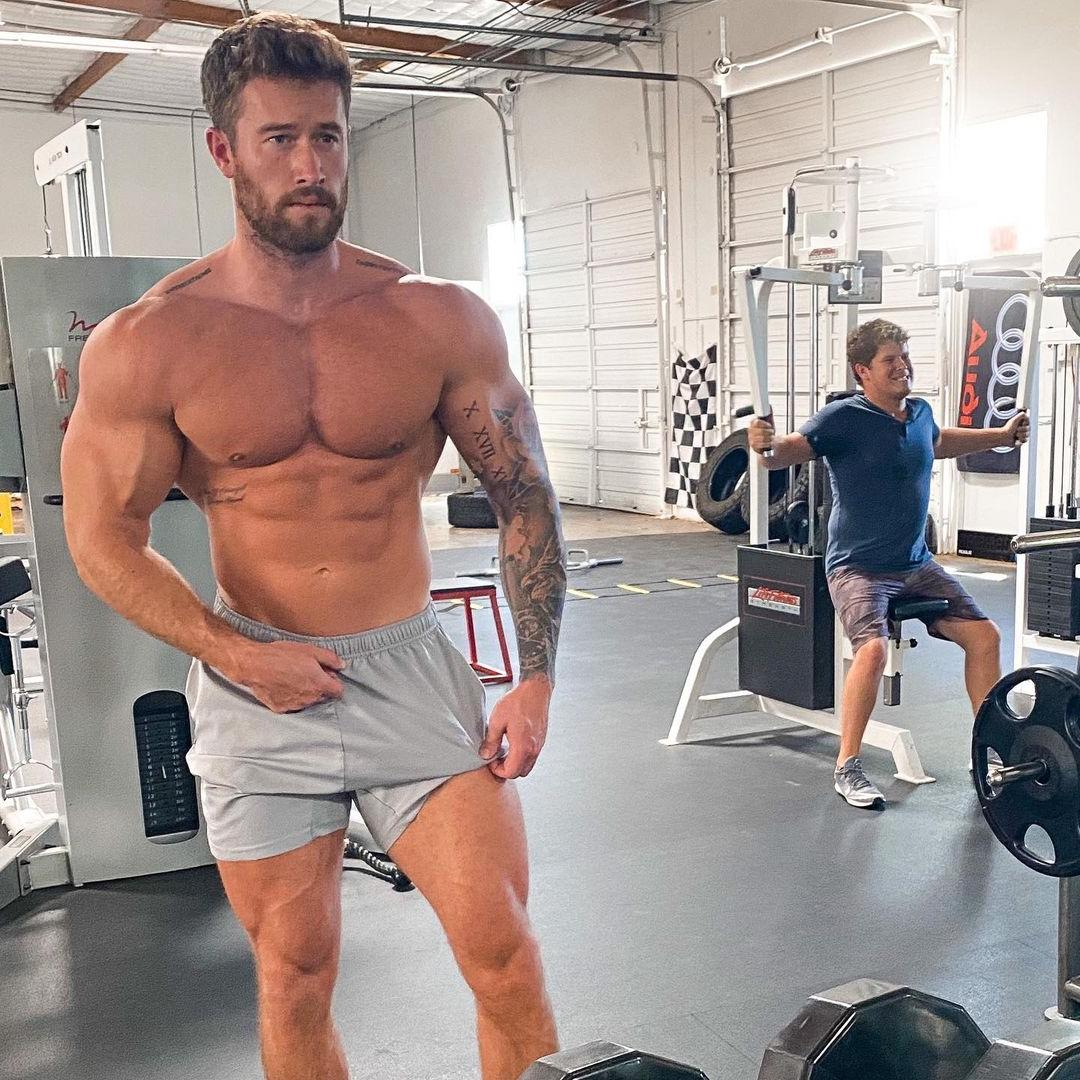 sexy-bearded-alpha-beefcake-brenton-ross-simmons-young-shirtless-muscular-swole-gym-hunk