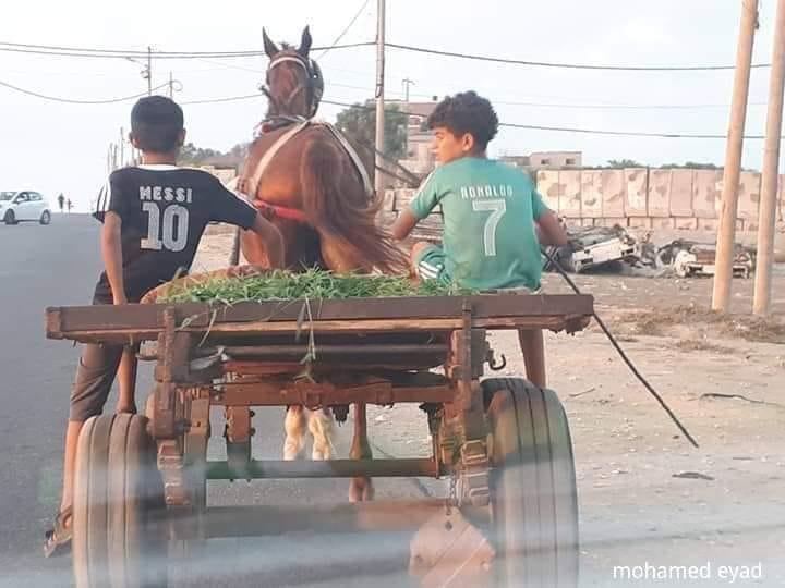 ترفيه: ميسي ورونالدوا في جولة على شاطئ دير البلح لتفقد الوضع الرياضي