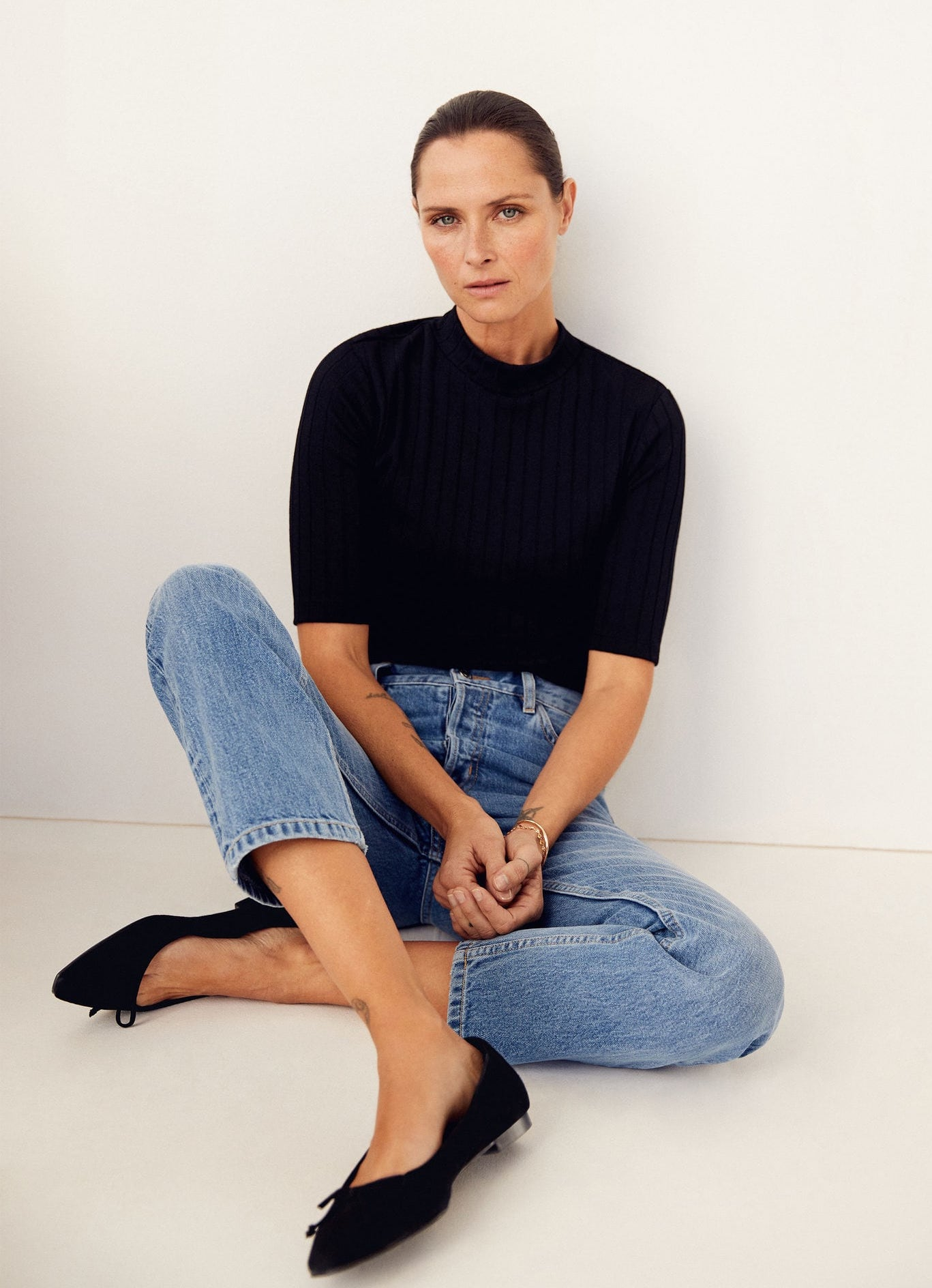 Classic casual chic spring outfit idea with shor sleeve black turtleneck mock neck top, straight-leg jeans, black ballet flats — Tasha Tilberg for Mango