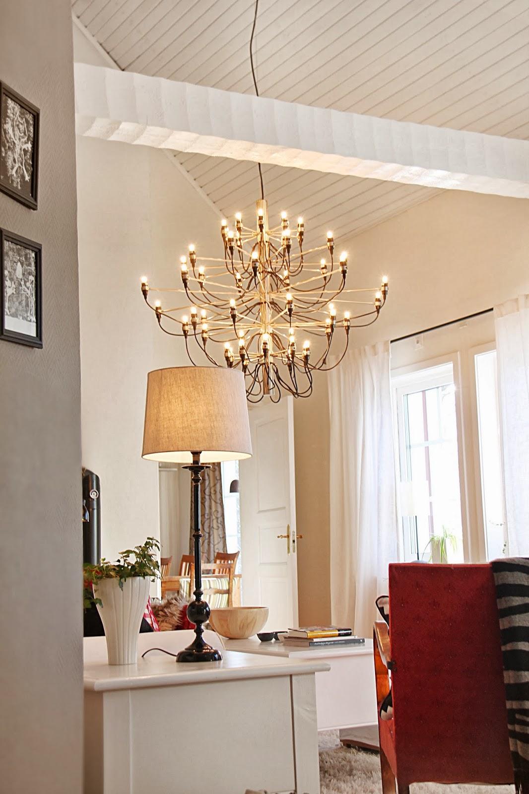 A house with a view taklampa gino sarfatti i vardagsrummet for Gino sarfatti flos