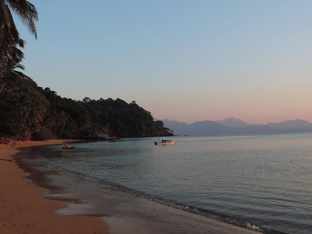 อ่าวตาลคู่ เป็นหาดทรายริมทะเล น้ำใสแจ๋ว สามารถลงเล่นน้ำ